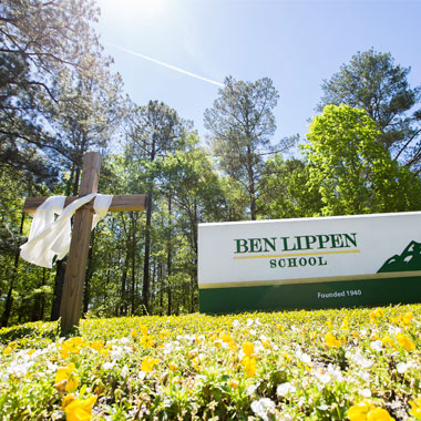 Ben Lippen sign and cross